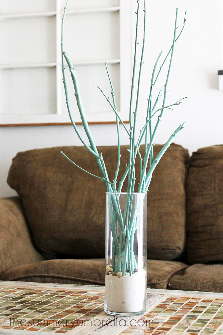 This tree branch centerpiece idea is sure to be a new favorite in your home! #centerpiece #homedecor #thesummeryumbrella