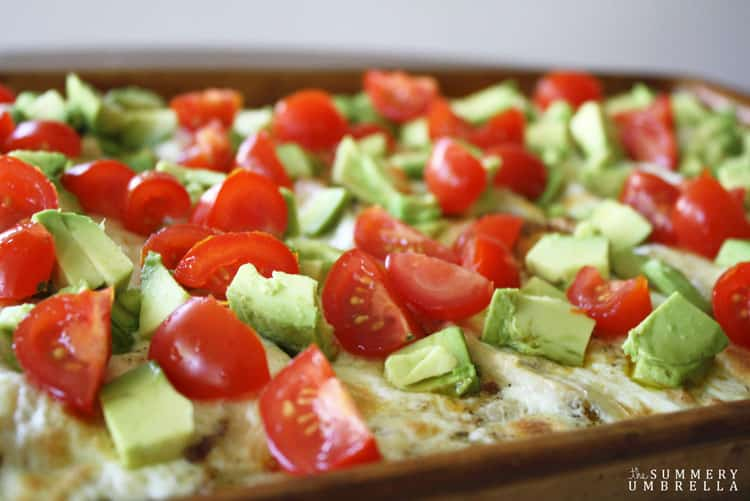Looking for a fresh, light way to eat pizza? Then you'll definitely WANT to check out this super yummy chicken avocado pizza recipe that is amazing!