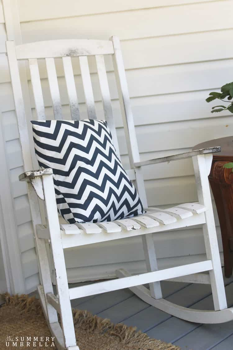 Are you looking for some outdoor decorating ideas for your front porch? Then stop on by! I just finished mine up, and it's super simple and just as pretty!