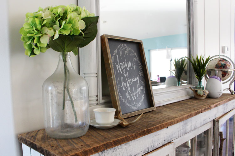 Decorating your home with handmade signs doesn't have to be hard. Not only can they be purchased, but you can DIY them as well. Let me inspire you!