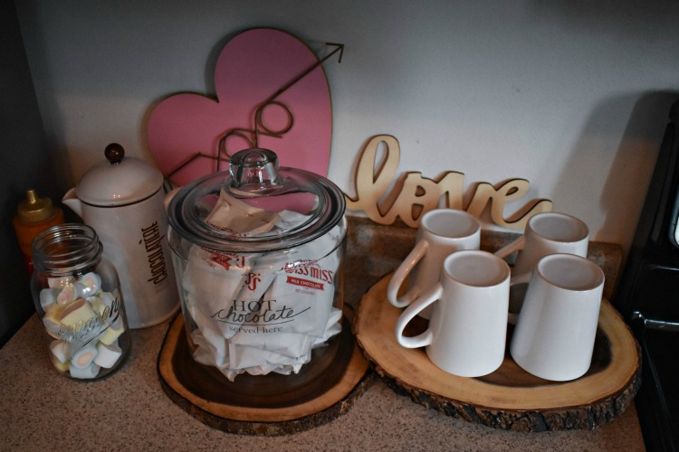Create a beautiful hot cocoa station with cute DIY labels using this easy tutorial on the packing tape image transfer method! #labels #hotchocolate #thesummeryumbrella